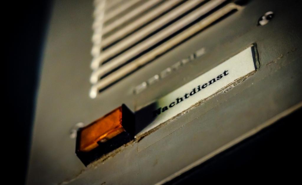 door-speaker-959580_1920